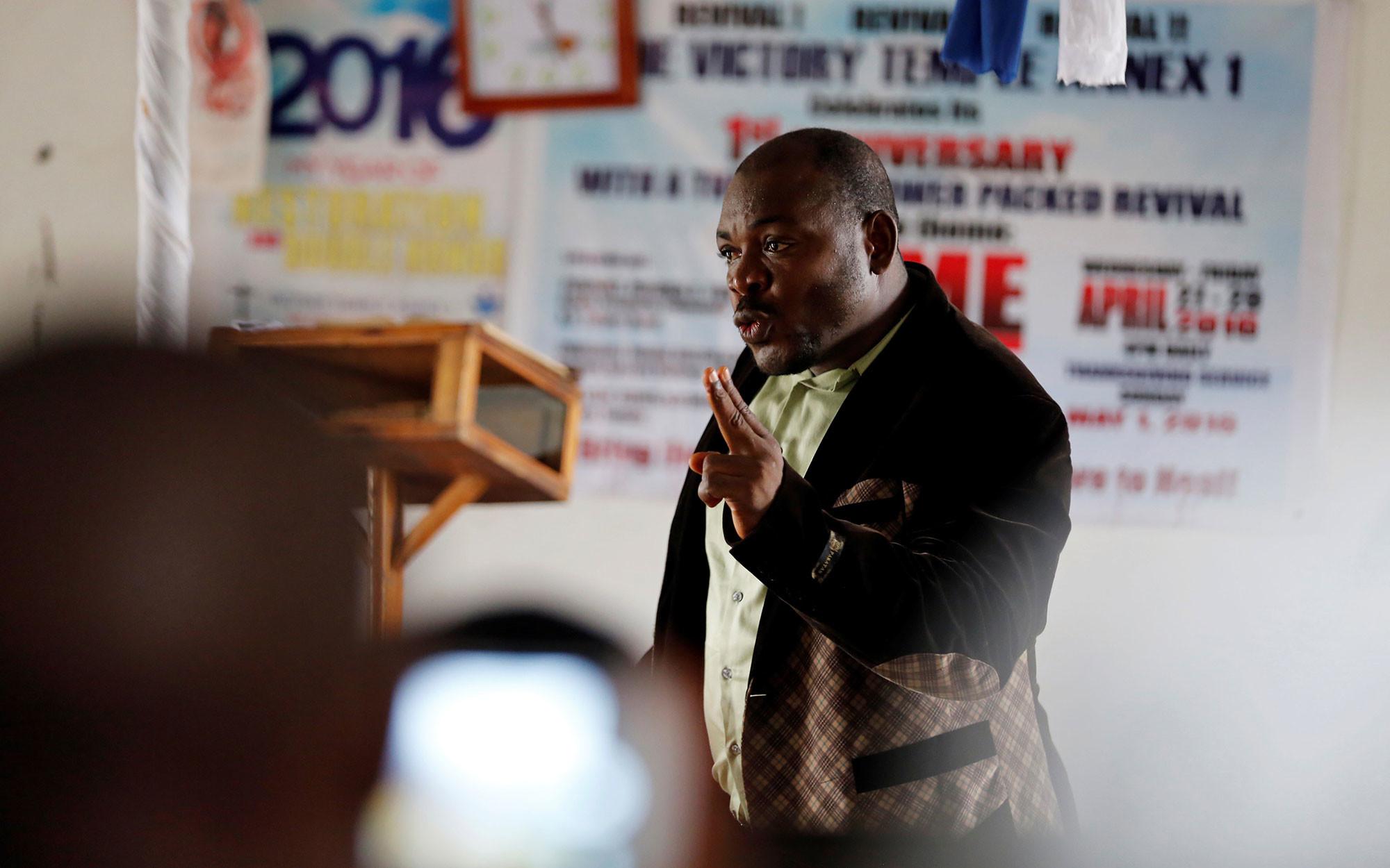 Евангелист и бывший генерал Джошуа Мильтон Блайи проповедует в церкви в своём родном городе Гранд-Геде, Либерия. 2016 год. Фото: © REUTERS/Thierry Gouegnon
