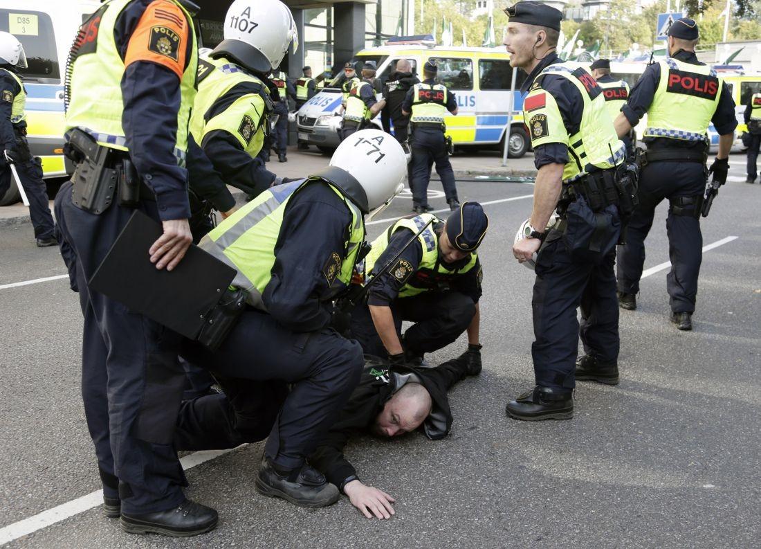 <p>Момент задержания одного из участников акции. Фото: &copy; Aftonbladet/Anders Deros</p>