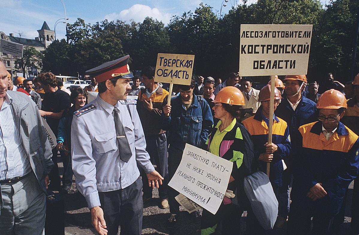 Пикетирование здания Правительства РФ работниками лесной отрасли, 1993 год Фото: © РИА Новости/ Александр Поляков