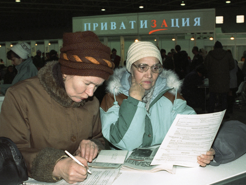 """Работницы кондитерской фабрики """"Большевик"""" покупают акции фабрики. Москва, 1992 год Фото: © РИА Новости/Алексей Бойцов"""