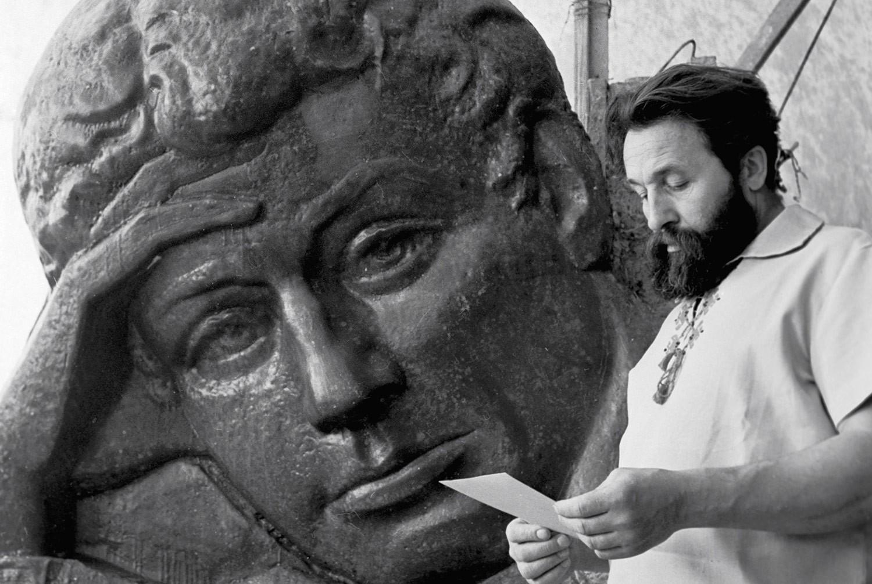 Московский скульптор Иван Онищенко на фоне своей работы, посвящённой С. Есенину. Фото © РИА Новости / Юрий Иванов