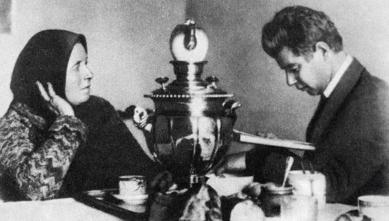 Русский поэт Сергей Есенин с матерью Т.Ф. Есениной. Фото © РИА Новости