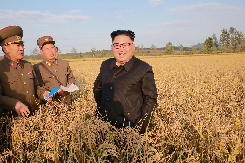 <p>Лидер Северной Кореи Ким Чен Ын с сопровождающими военнослужащими. Фото: &copy;REUTERS</p>