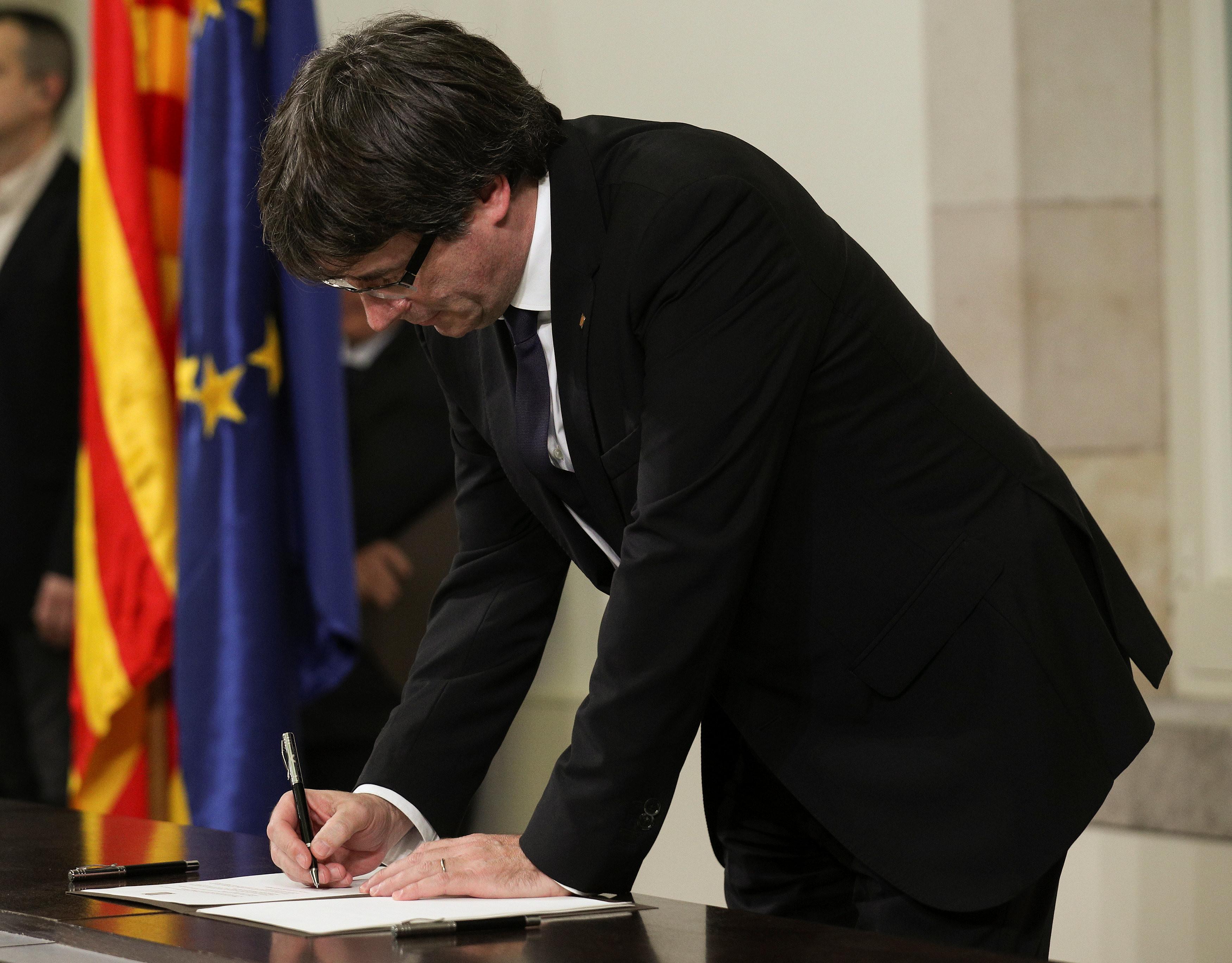 Карлес Пучдемон подписывает декларацию независимости Каталонии. Фото: © REUTERS/Albert Gea