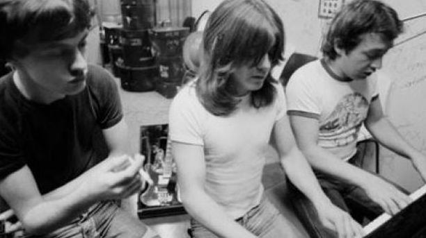 <p>&nbsp;Джордж Янг (справа) с братьями Малкольмом и Ангусом Яном.&nbsp;Фото: Facebook / AC / DC&nbsp;</p>