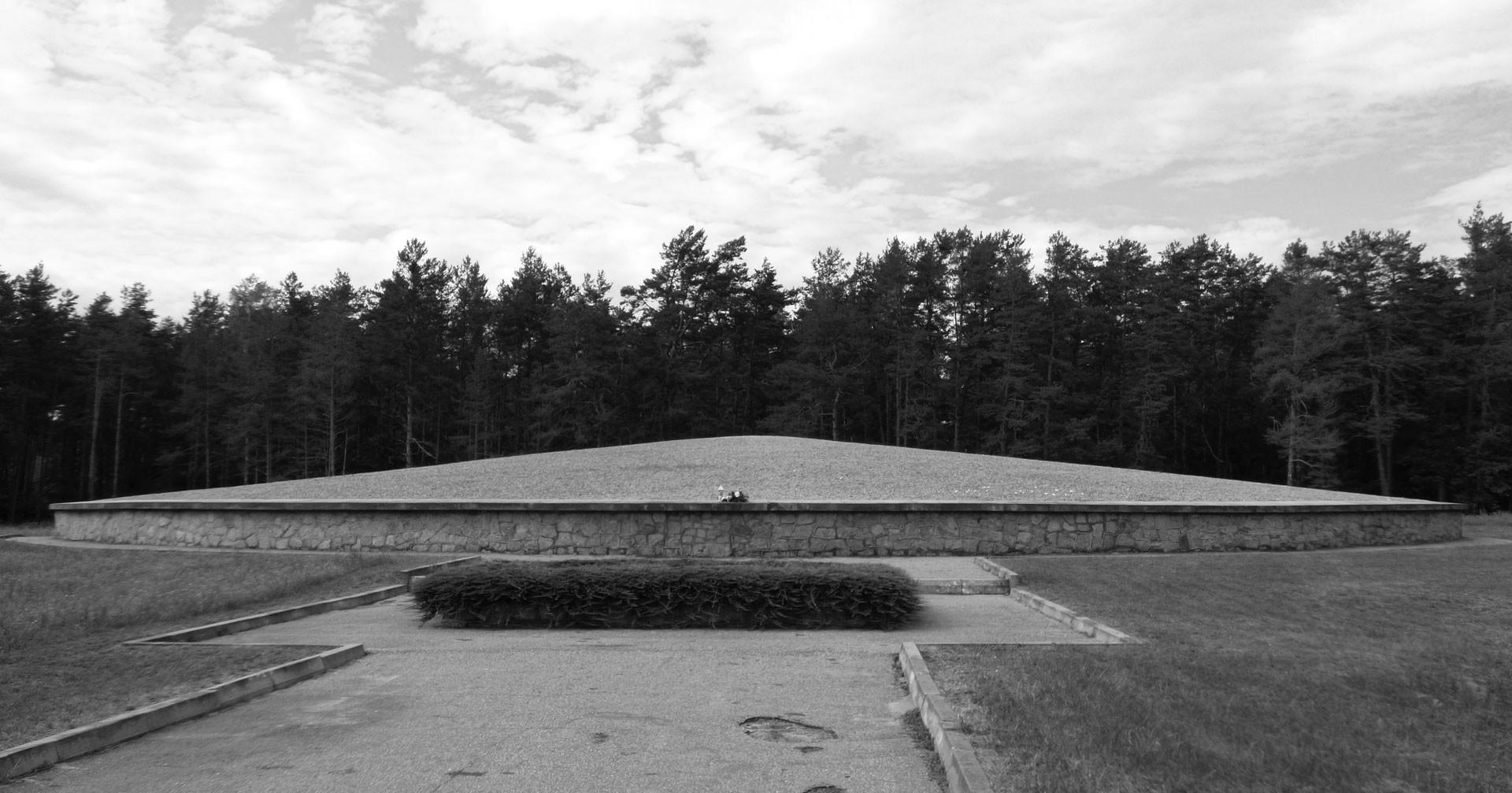 Памятник мемориального лагеря уничтожения Собибора — пирамида песка, смешанная с золой человека. Фото: © flickr/damian entwistle