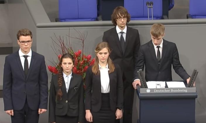 """<p><span>Скриншот из видео&nbsp;</span><span>&copy;&nbsp;<a href=""""https://www.youtube.com/watch?v=rOqZ7h69KME"""">""""Школьники из Нового Уренгоя выступили в Бундестаге""""</a>&nbsp;</span></p>"""