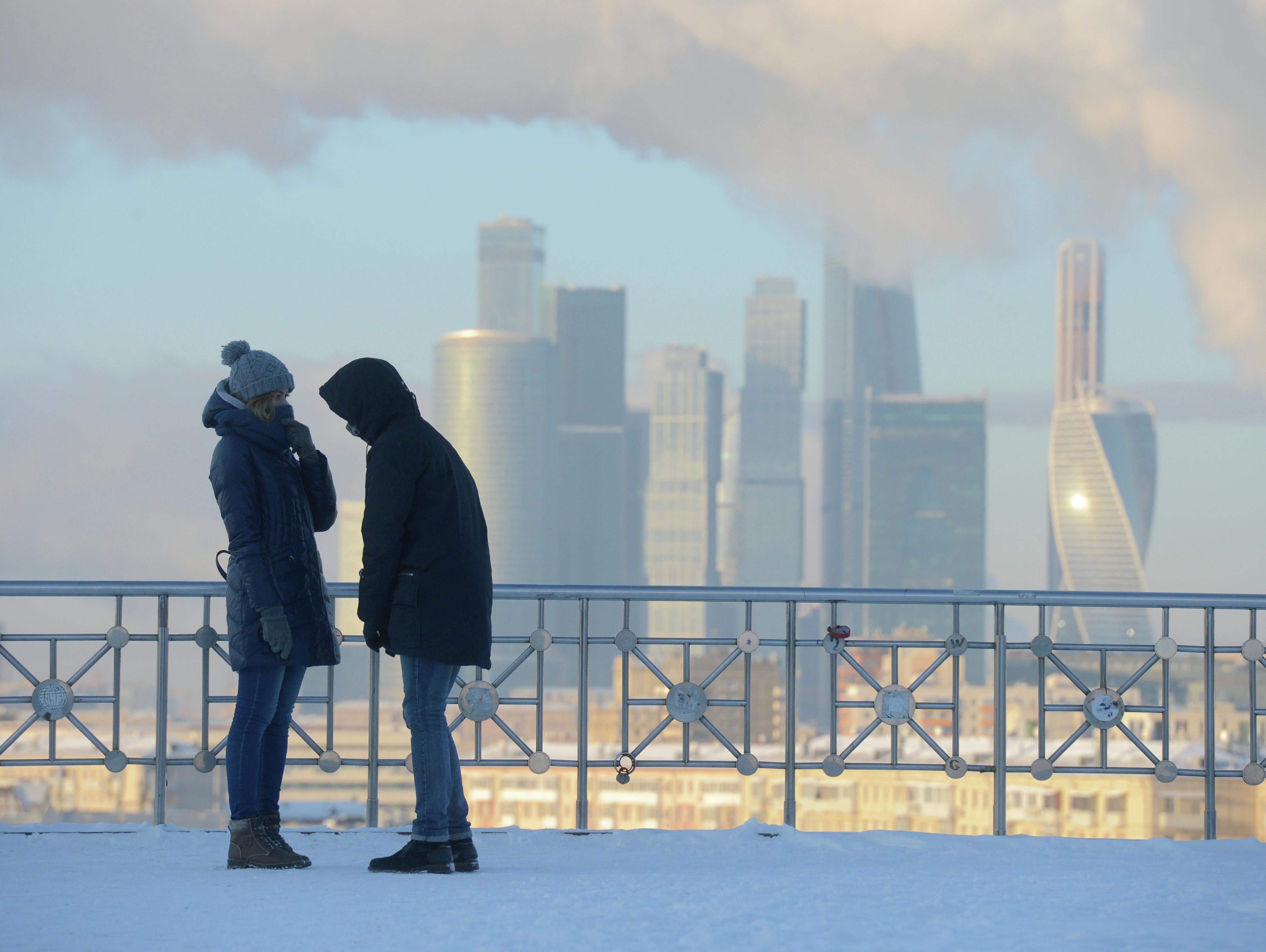 <p>Молодые люди на смотровой площадке РАН в Москве Фото: &copy; РИА Новости/Евгений Биятов</p>