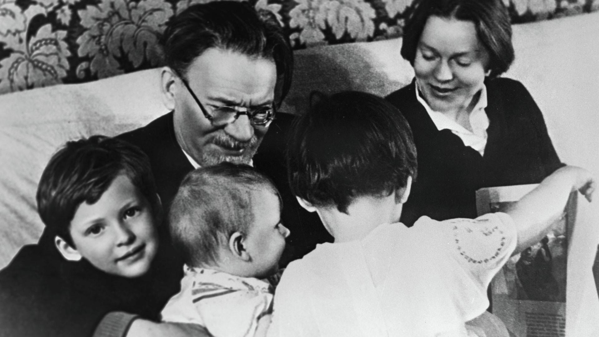 Михаил Калинин с дочерью Юлией и внуками. Фото: © РИА Новости