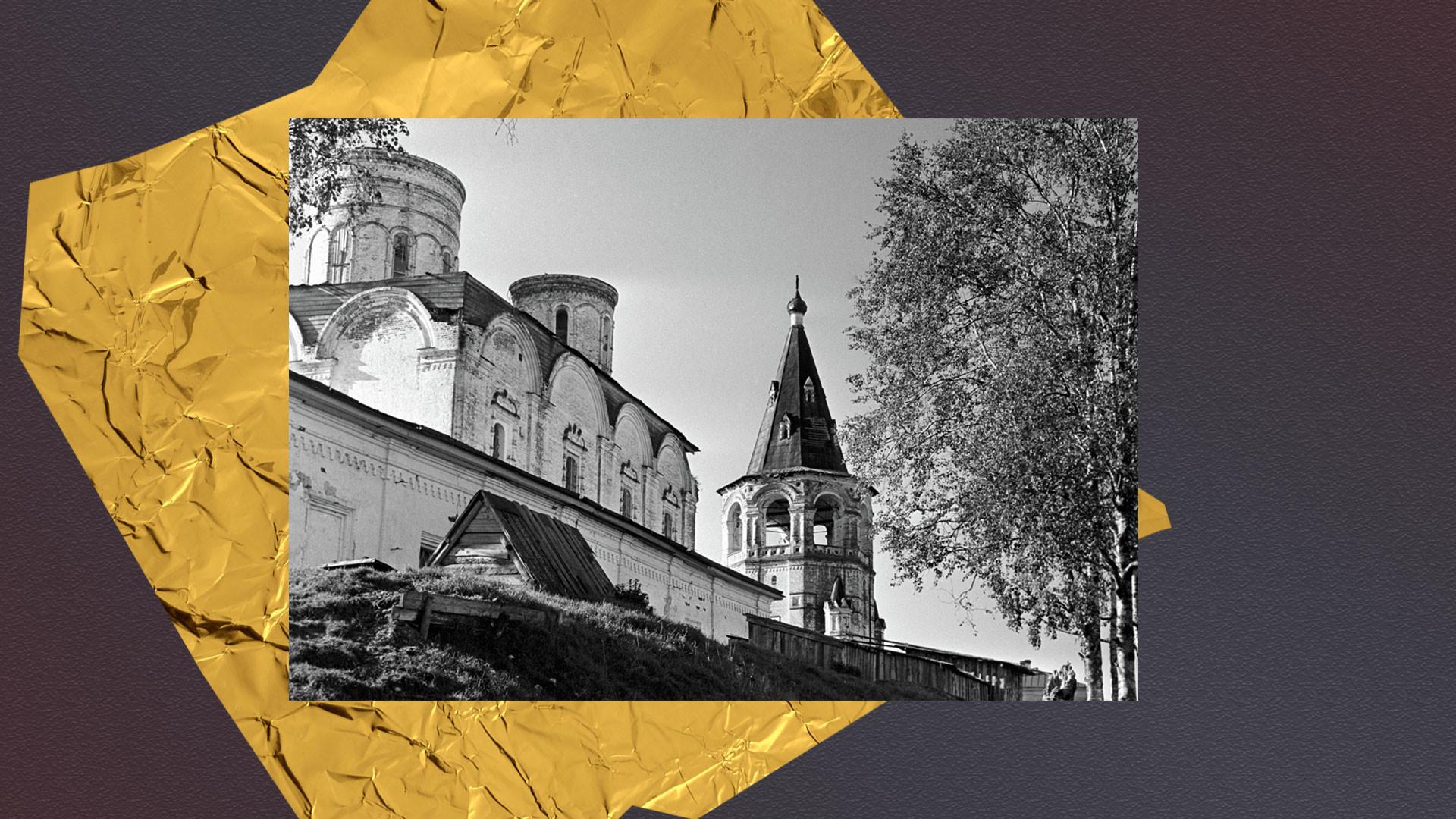 Успенский монастырь и колокольня в селе Холмогоры Архангельской области. Коллаж © L!FE. Фото: ©РИА Новости
