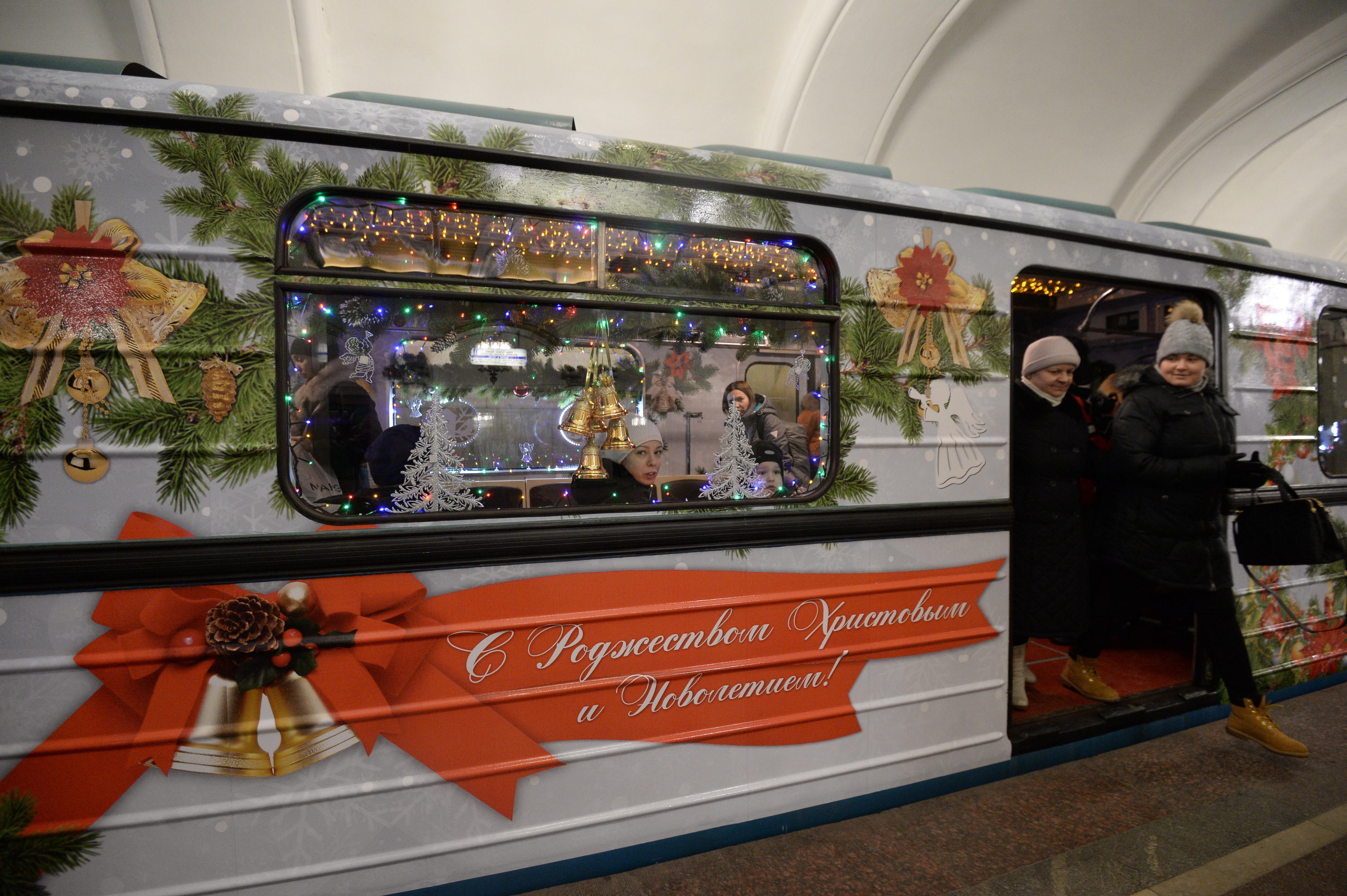 ней новогодний вагон в метро фото они