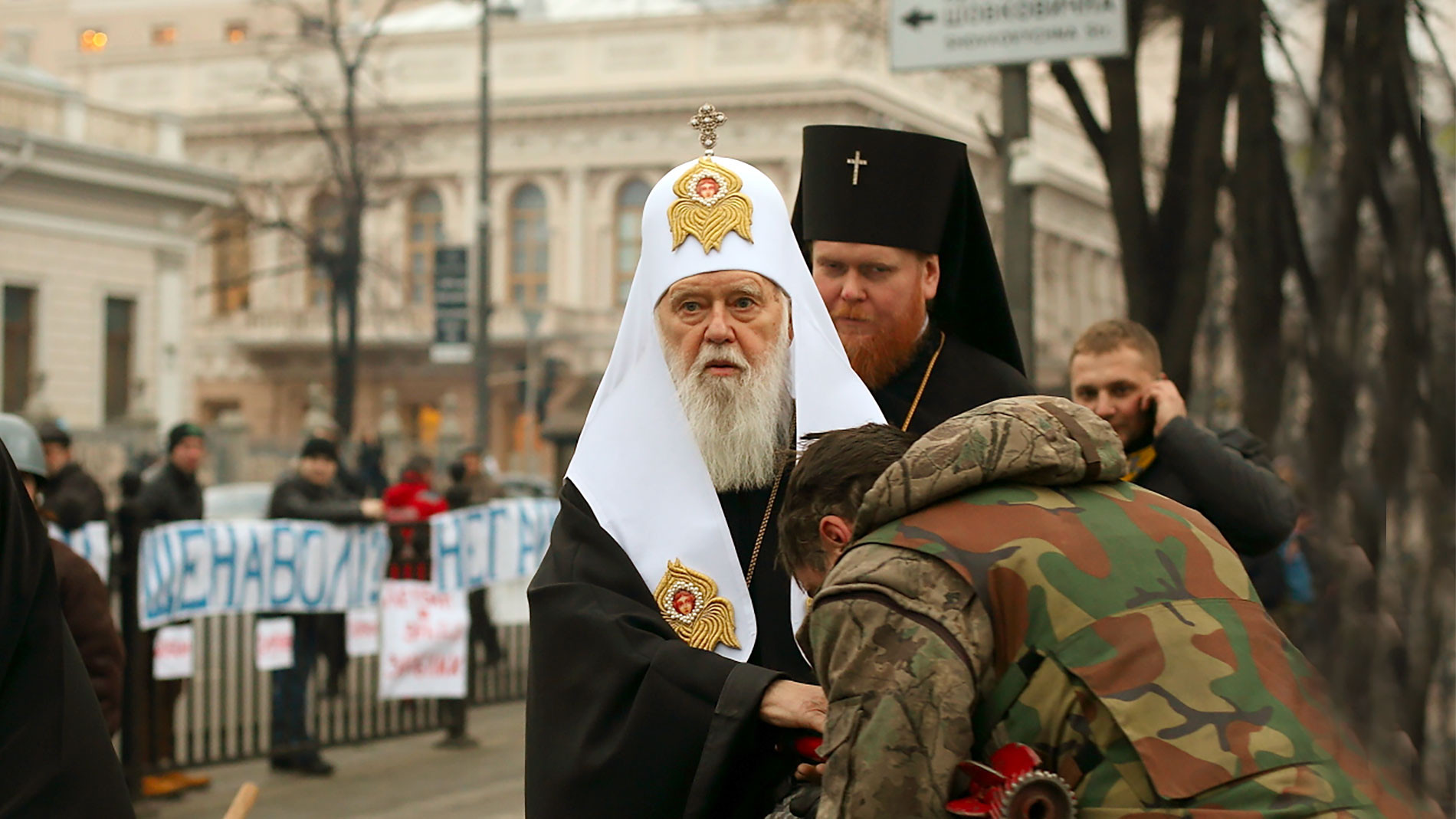 """<p>Фото: &copy; <a href=""""https://commons.wikimedia.org/wiki/File:Euromaidan_activist_kisses_the_hand_of_Filaret,_the_Patriarch_of_Kyiv.JPG"""" target=""""_blank"""">Wikimedia/Bektour</a></p>"""