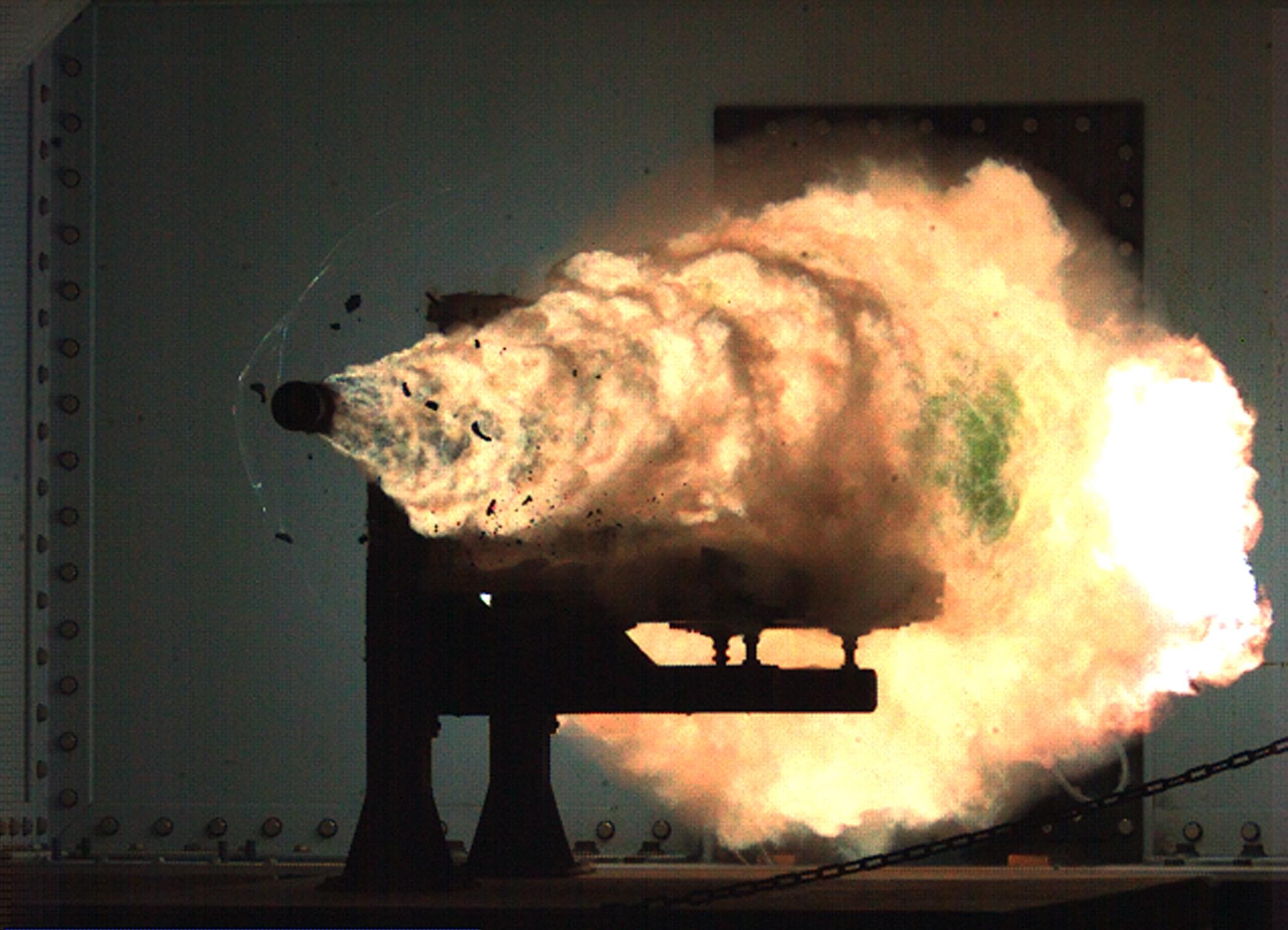 Испытания рельсотрона в Naval Surface Warfare Center, ВМС США. Январь 2008 года. Фото © U.S. Navy