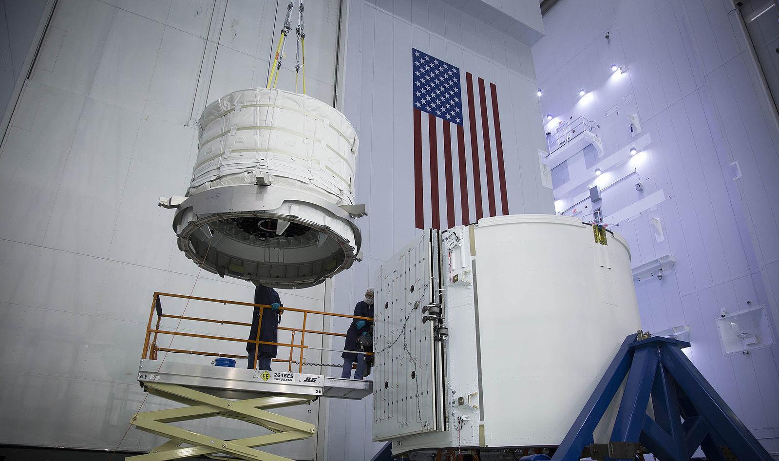 Модуль загружают в грузовой контейнер корабля Dragon. Фото: © Wikipedia.org