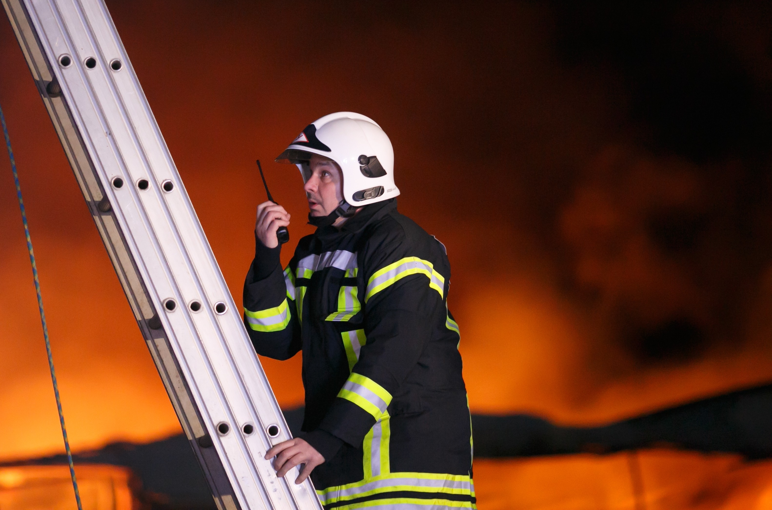 <p><span>Сотрудник противопожарной службы во время тушения пожара. Фото: &copy; РИА Новости</span></p>