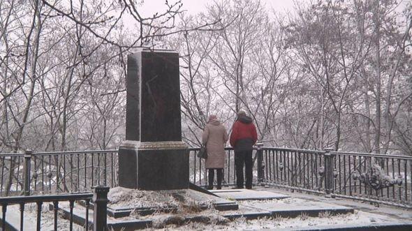 Постамент, на котором стоял памятник писателю Михаилу Коцюбинскому. Фото: © Би-би-си