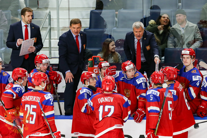 Тренерский штаб и российские игроки во время матча со Швецией. Фото: © ФХР