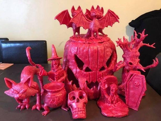 Такое украшение на Хеллоуин Митчелл создавал несколько лет — по одной фигурке к каждому празднику.