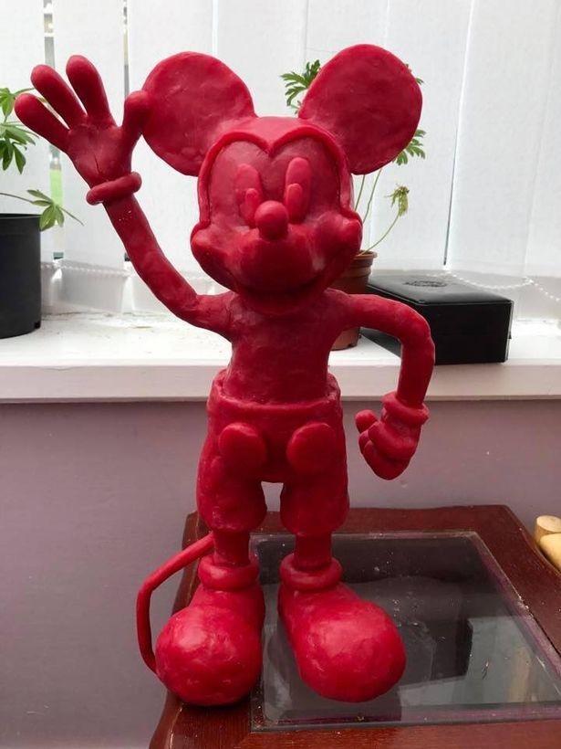 """Митчелл с детства обожал """"Дисней"""". Здесь изображён Микки-Маус, приветливо машущий рукой. Митчелл мечтает создать свою собственную серию мультфильмов."""