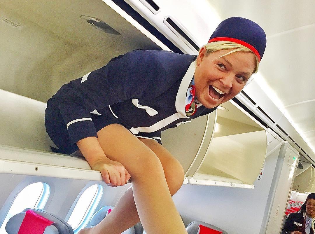 У стюардессы между ног, блудница трахается онлайн