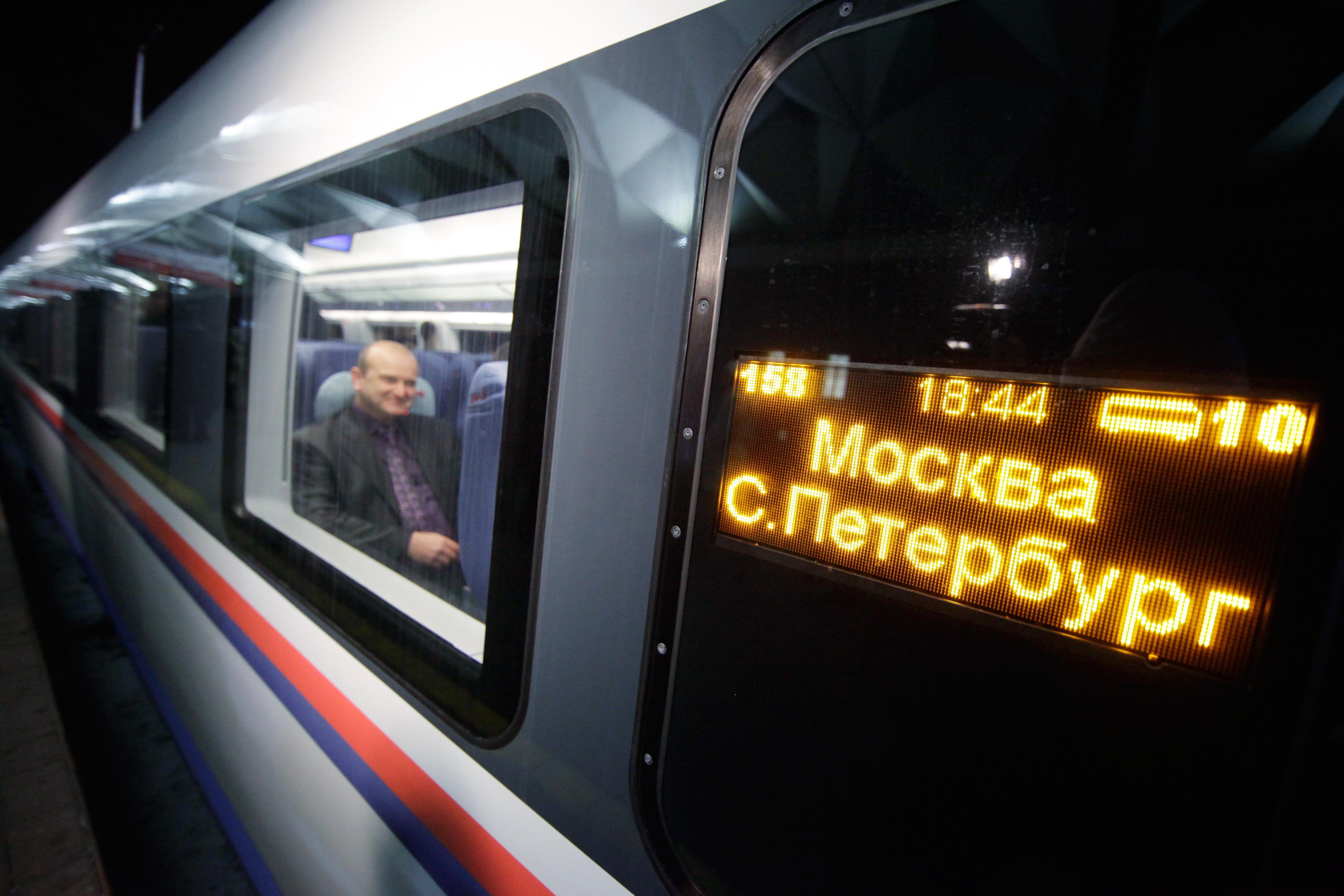Во время школьных каникул между Петербургом и Москвой пустят дополнительные поезда