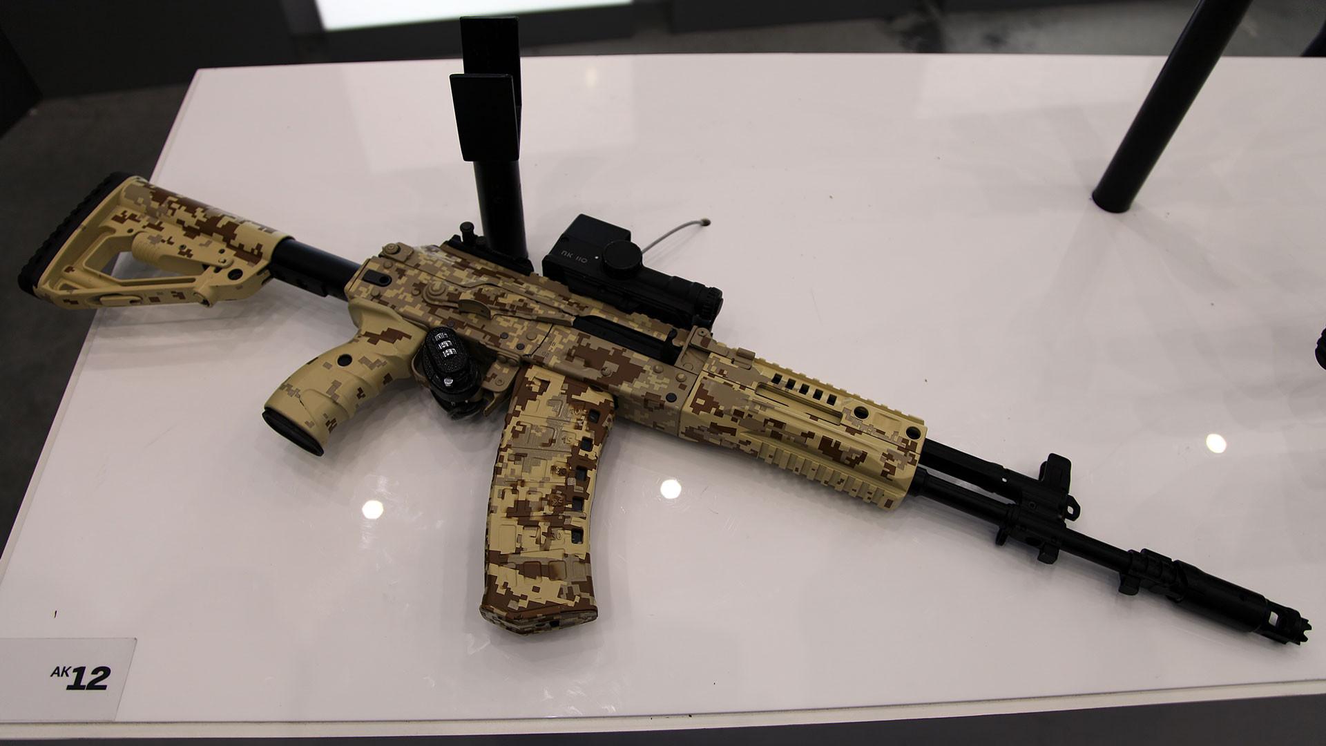 "<p><span>Фото: &copy; <a href=""https://en.wikipedia.org/wiki/AK-12#/media/File:5,45mm_AK-12_6P70_assault_rifle_at_Military-technical_forum_ARMY-2016_03.jpg"" target=""_blank"">wikipedia.org/Кузьмин Виталий Владимирович&nbsp;</a></span></p>"