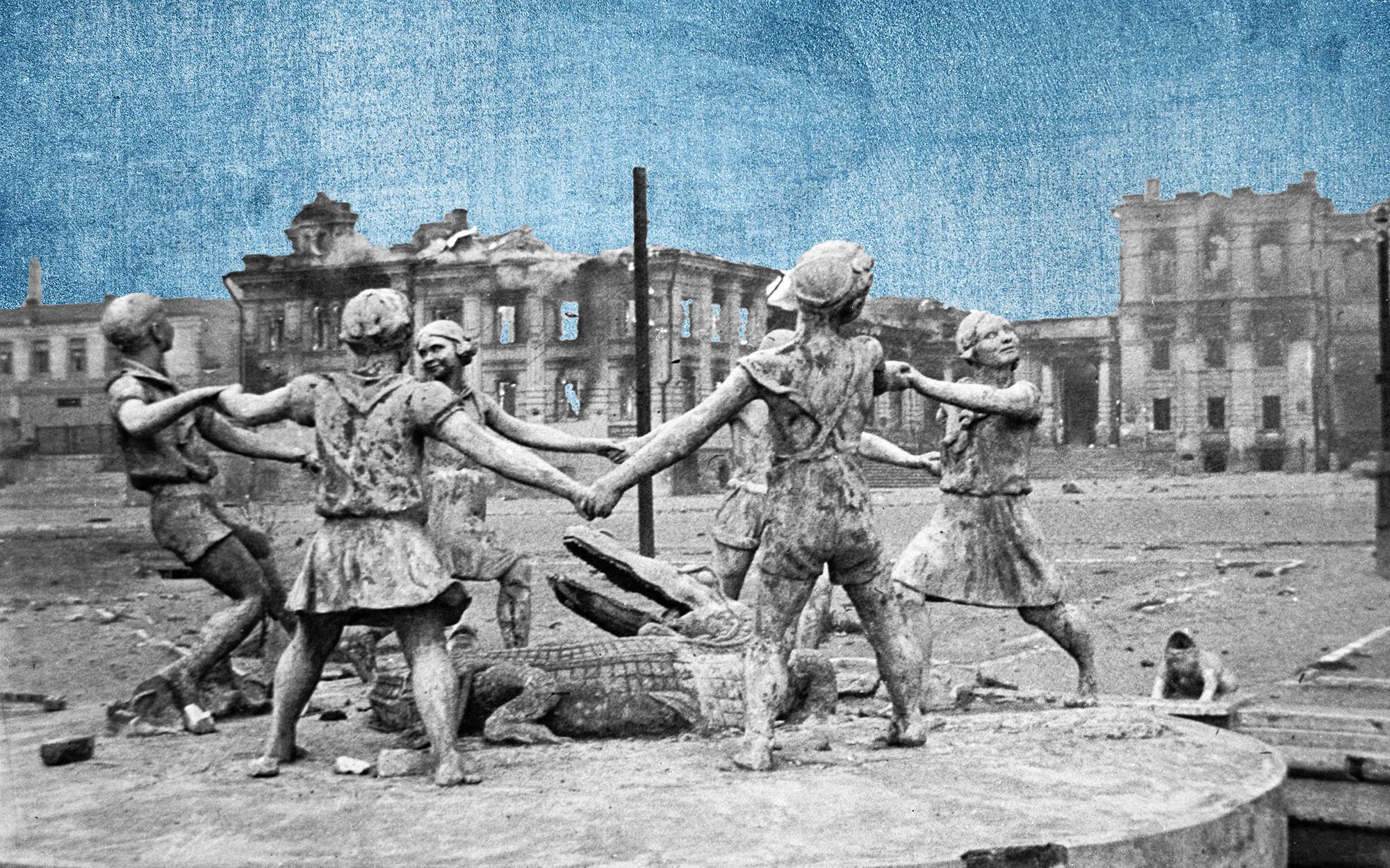 Разрушенный памятник играющим детям на вокзальной площади в Сталинграде после налёта немецкой авиации. Коллаж © L!FE. Фото: © РИА Новости / Эммануил Евзерихин