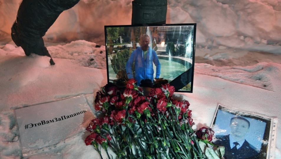 <p>Цветы в память о погибшем летчике майоре Романе Филипове. Фото: &copy;РИА Новости/Максим Блинов</p> <div> <div></div> </div>