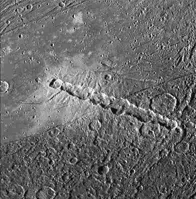 Цепочка кратеров Энки на Ганимеде, оставленных группой кометных обломков. Фото: © wikipedia.org