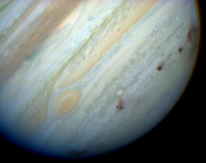 """Комета Шумейкеров — Леви, рассыпавшаяся на цепь крупных обломков, в 1994 году оставила на """"лице"""" Юпитера настоящую """"бомбовую дорожку"""" (тёмно-красные пятна). Фото: © wikipedia.org"""