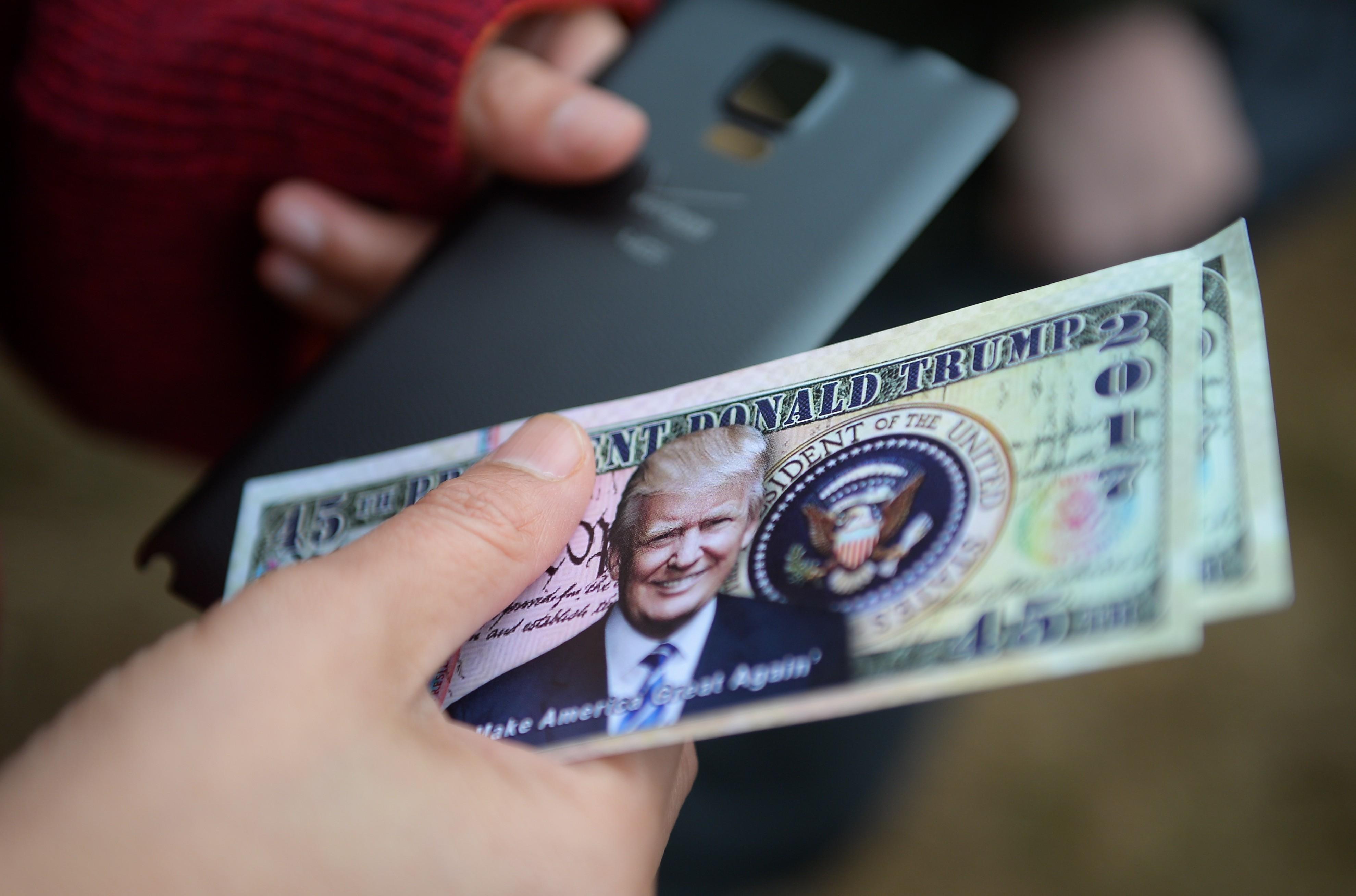 <p><span>Сувенирные банкноты с изображением Дональда Трампа.&nbsp;Фото: &copy;РИА Новости/Владимир Астапкович</span></p>