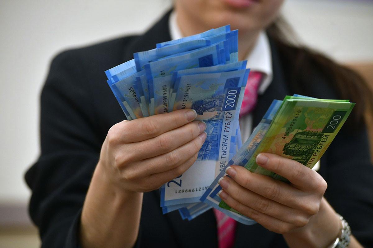 фото в руках денег россии рассказывать