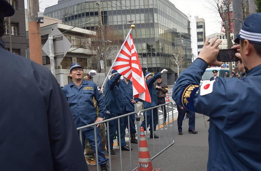 <p>Митинг у российского посольства в Токио. Фото: &copy;РИА Новости/Ксения Нака</p>