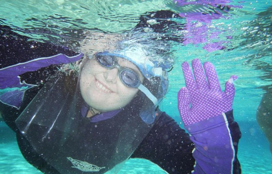 22-летняя Лиззи Тенни не плавает без защитного плаща в дневное время суток / Фото © dailymail.co.uk