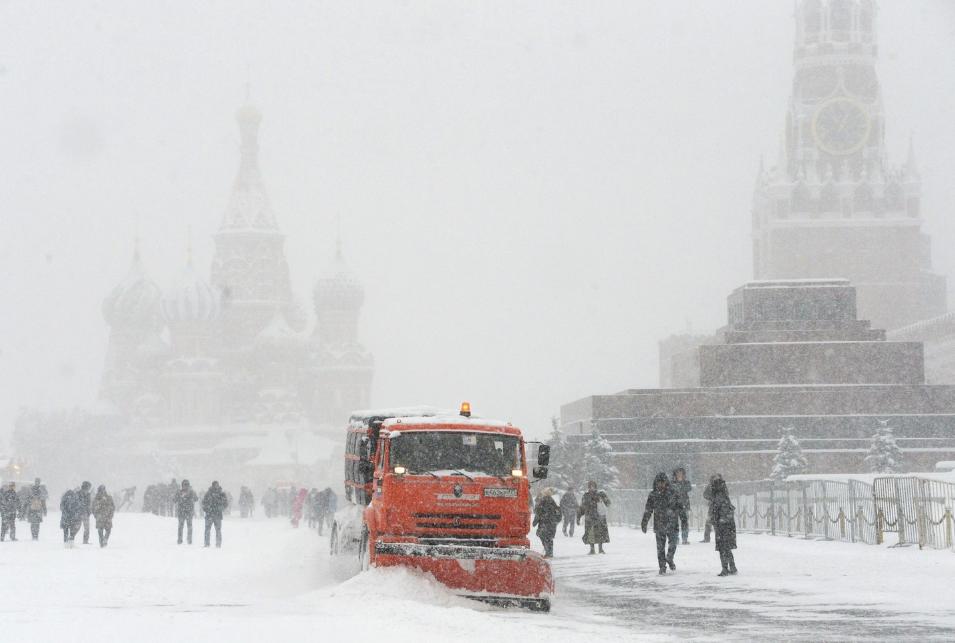 <p><span>Снегоуборочная техника коммунальных служб на Красной площади в Москве. Фото: &copy;РИА Новости/Илья Питалев</span></p>