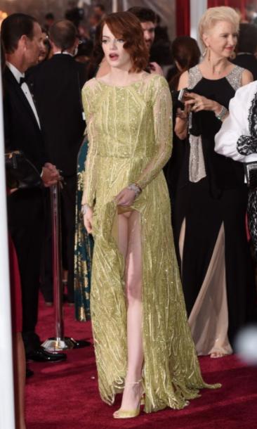 На церемонии 2015-го года Эмма Стоун поразила фанатов свои роскошным платьем. Позируя перед камерами, она совсем забыла о высоте разреза Фото © Kevin Mazur/WireImage / mirror.co.uk.