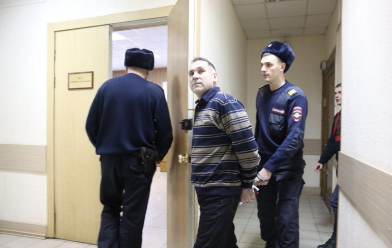 Евгения Чуплинского заводят в зал суда. Фото © НГС.Новости