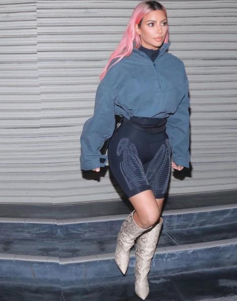Во время вечерней прогулки Ким пришлось утеплиться в куртке oversize. Фото © instagram.com/kimkardashian