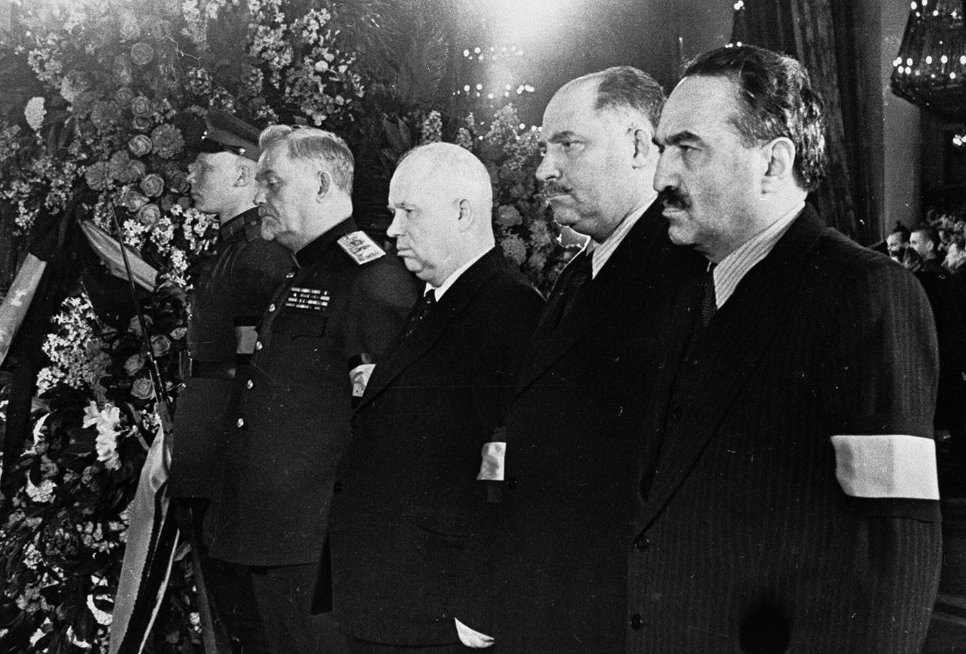 Справа налево: Анастас Микоян, Лазарь Каганович, Никита Хрущёв, Николай Булганин в почётном карауле у гроба с телом Иосифа Сталина в Колонном зале Дома союзов.