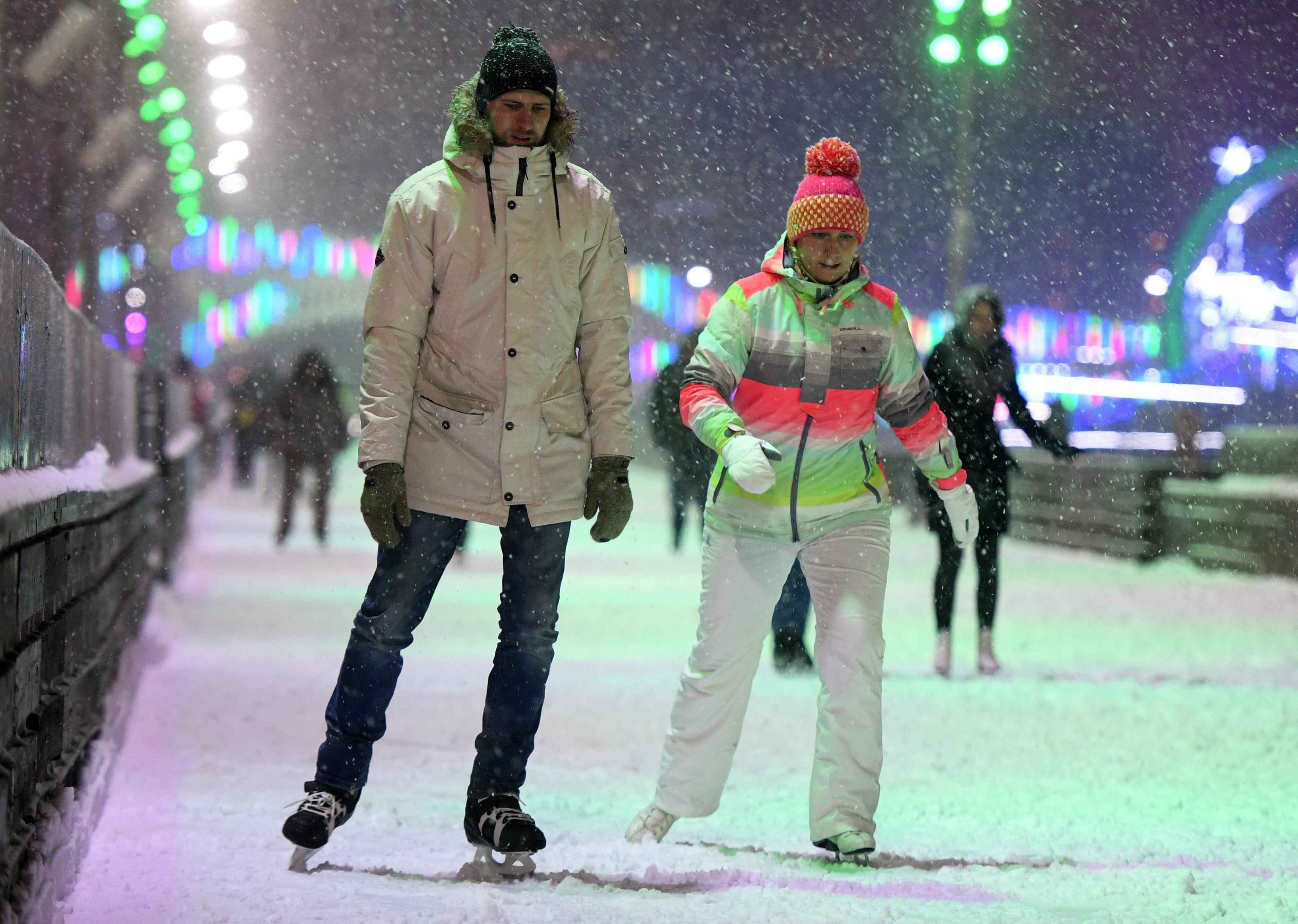 <p>Жители Москвы и гости столицы на льду катка на ВДНХ. Фото: &copy;РИА Новости/Евгений Биятов</p>