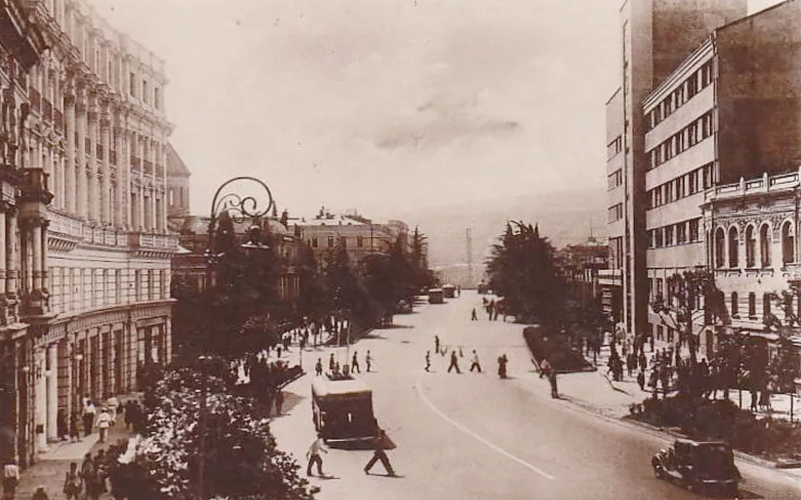 Проспект Руставели, вид в центр, справа конструктивистское здание — Дом связи. Фото: © kartli.info