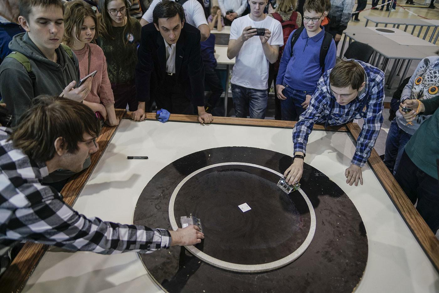 """На площадке """"Мини-сумо"""" роботы проводили одну за одной ожесточённые схватки. Фото: © Пресс-служба Фонда Олега Дерипаски """"Вольное Дело"""""""
