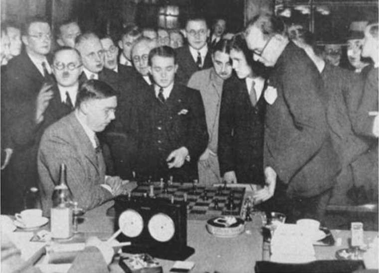 Эйве (слева) и Саломон Флор (в центре) анализируют партию. Матч Алехин — Эйве, 1935 год. Фото: © wikipedia.org