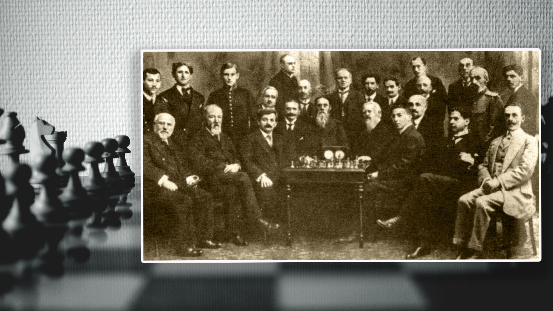 Участники международного шахматного турнира в Петербурге — Хосе Капабланка (второй справа сидит), Эмануэль Ласкер (третий слева сидит), Александр Алехин (третий слева стоит). Коллаж © L!FE. Фото: © РИА Новости