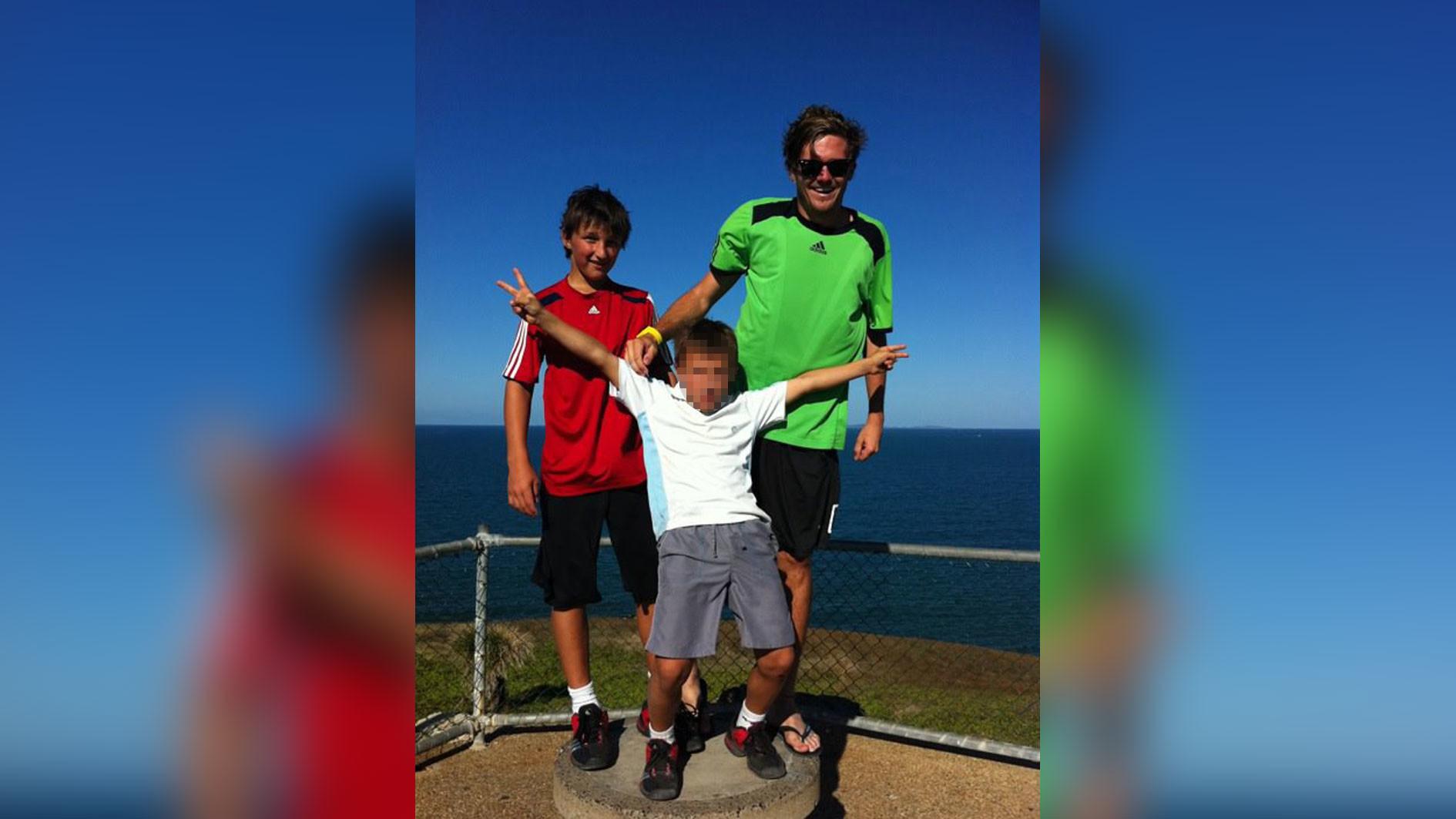 Фото: Соцсети / Старое фото из профиля младшего сына Штенгелова (в центре), где он со своим старшим братом (слева) на отдыхе