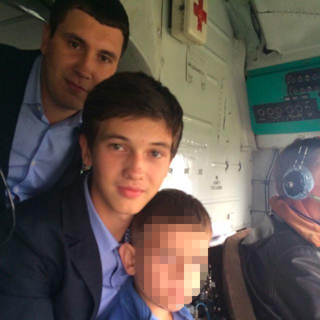 Фото © Instagram/ANDREY TULEEV / Стас (справа) и Андрей катаются на вертолёте