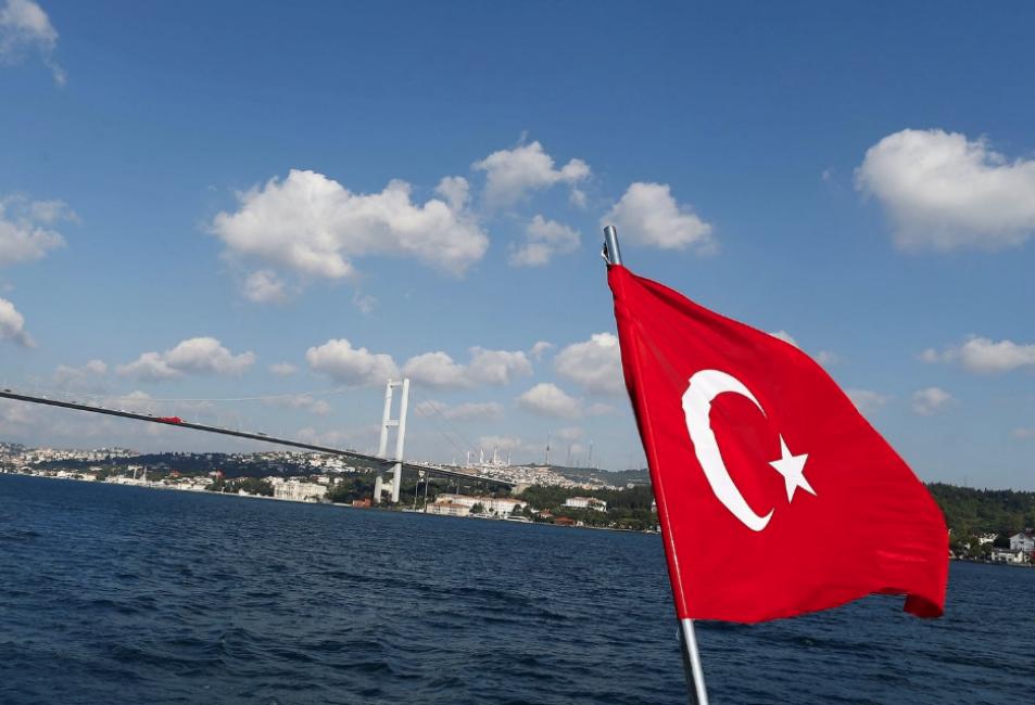 <p>Турецкий флаг на фоне пролива Босфор. Фото: &copy; REUTERS/Osman Orsal</p>