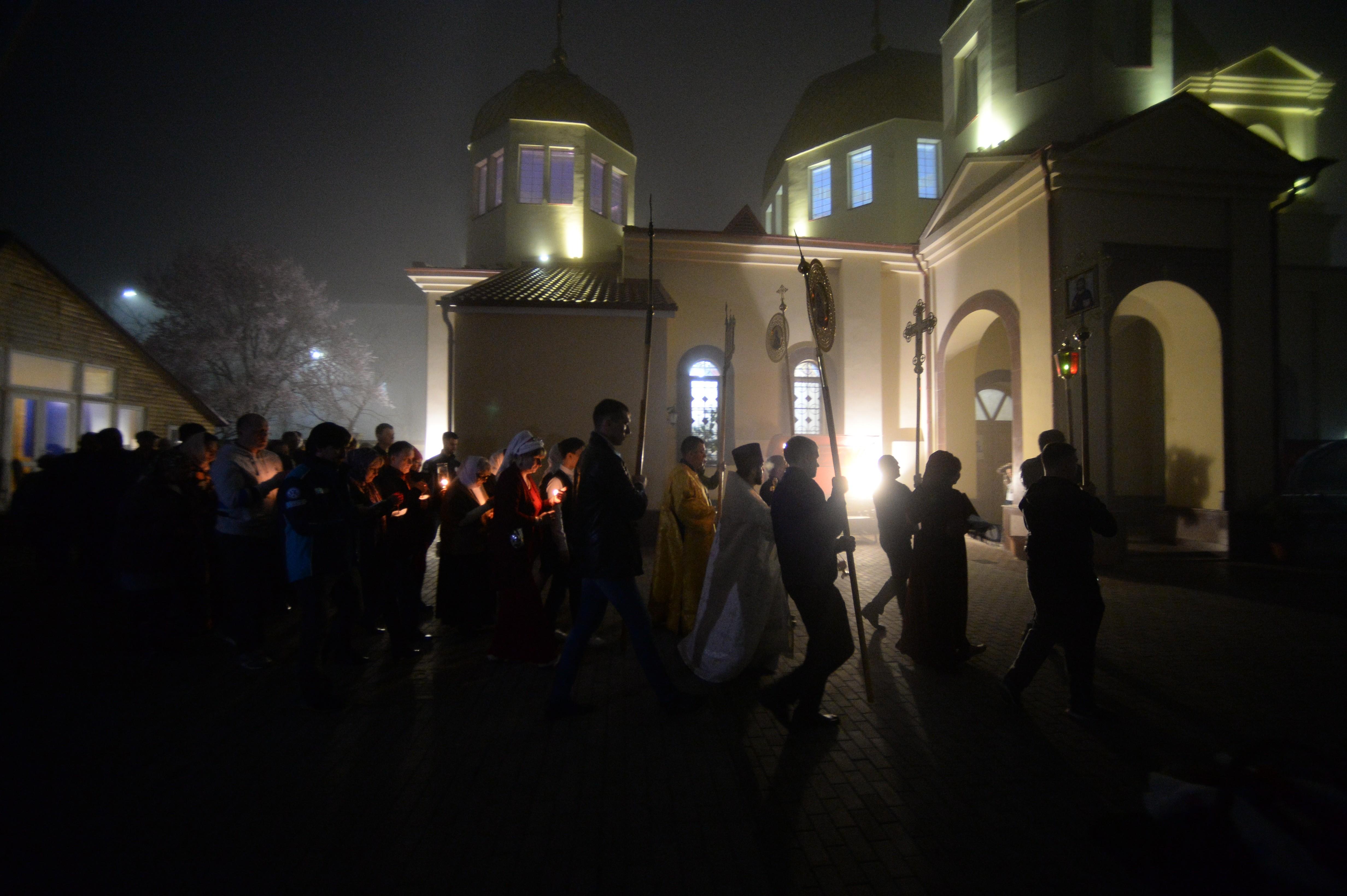Прихожане во время крестного хода после пасхальной службы в церкви Архангела Михаила в Грозном. Фото: © РИА Новости / Саид Царнаев