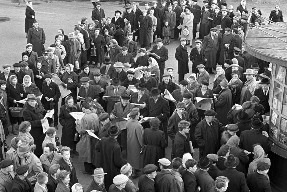 Очередь у газетного киоска в Новосибирске, 13 апреля 1961 года. Фото: © РИА Новости/Лев Поликашин