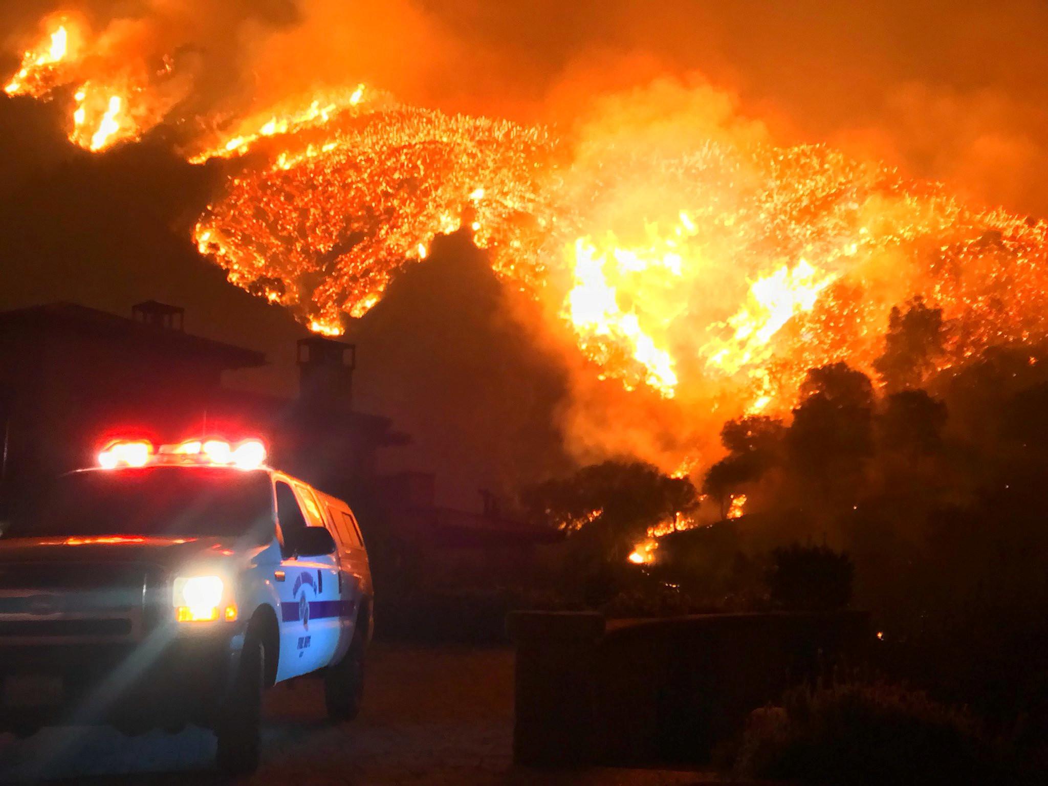 Фото © Courtesy Mike Eliason/Santa Barbara County Fire Department/Handout via REUTERS